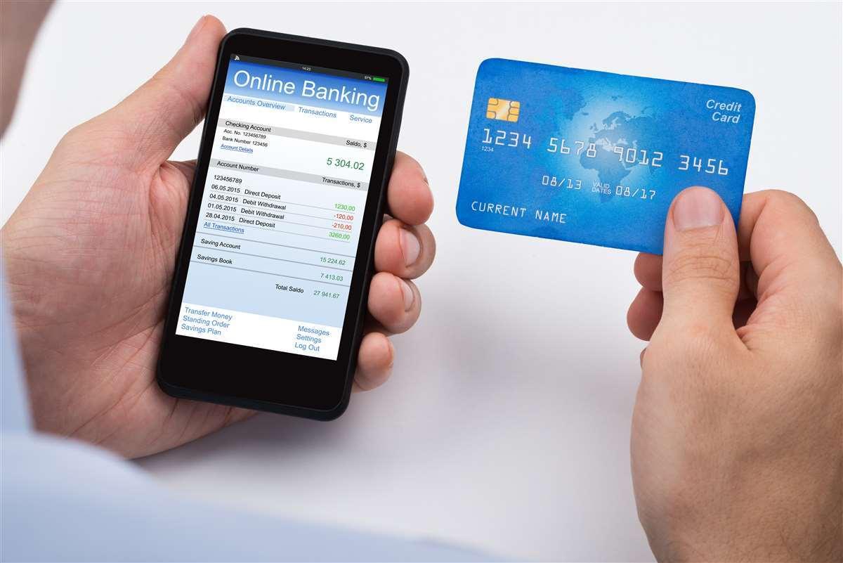 Correntista effettua operazione bancaria da remoto, con l'aiuto della carta di credito