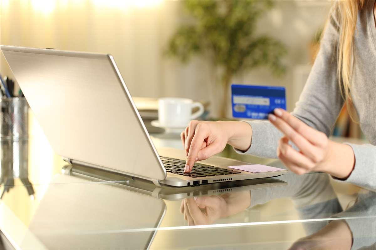 mano di donna che digita sul computer numero di carta di credito