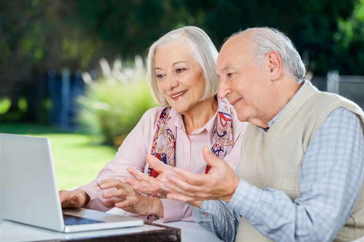 coppia anziana al computer