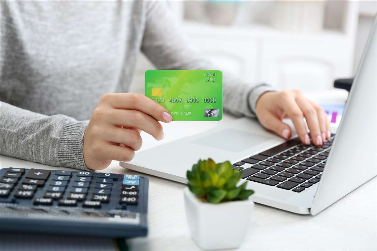 donna al pc utilizza una carta di credito per acquisti online