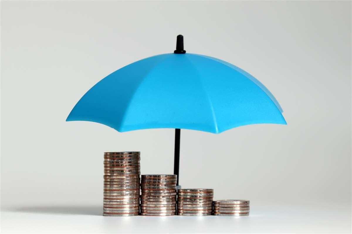 fila di monete al riparo sotto un ombrello