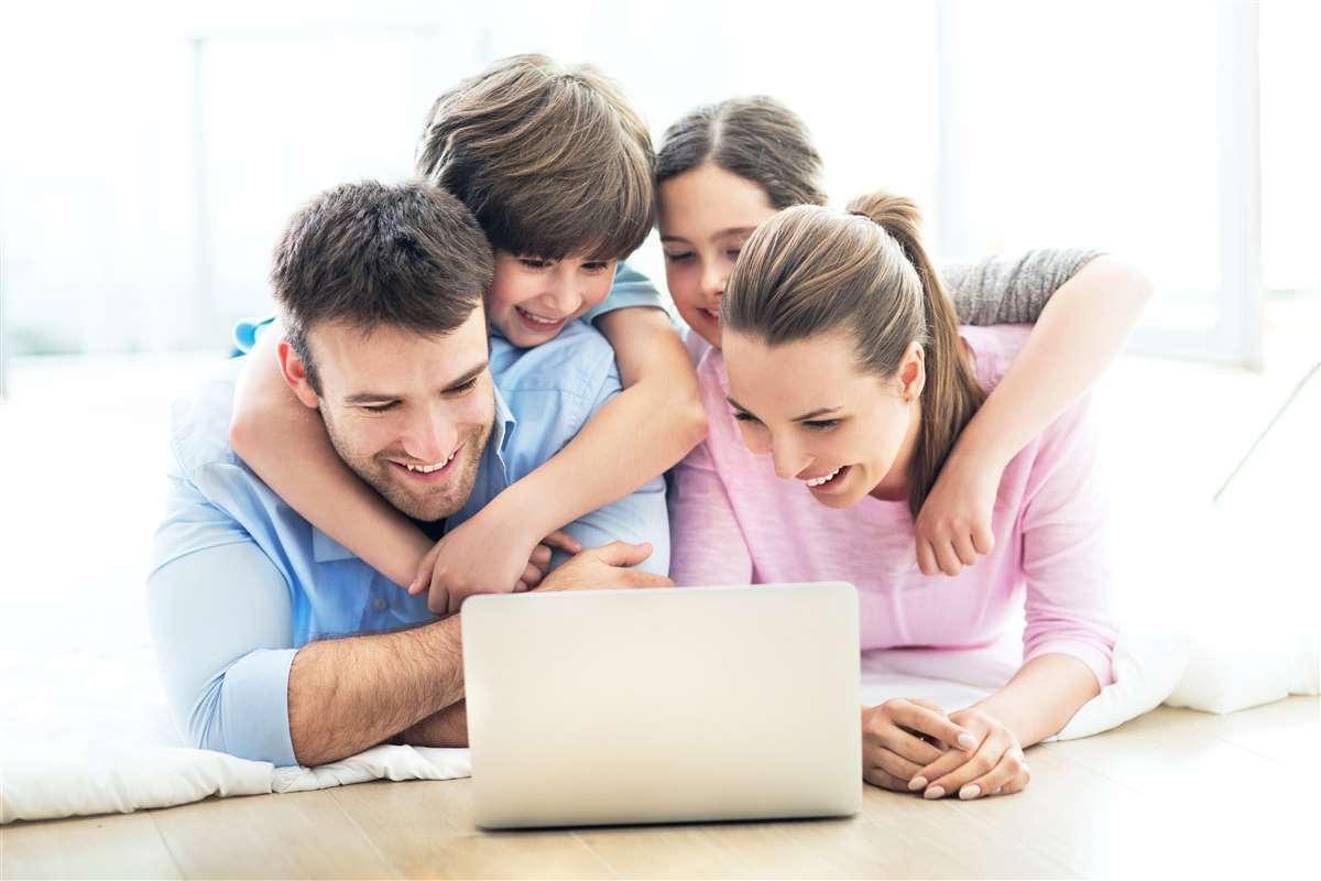 famiglia sorridente che consulta il computer