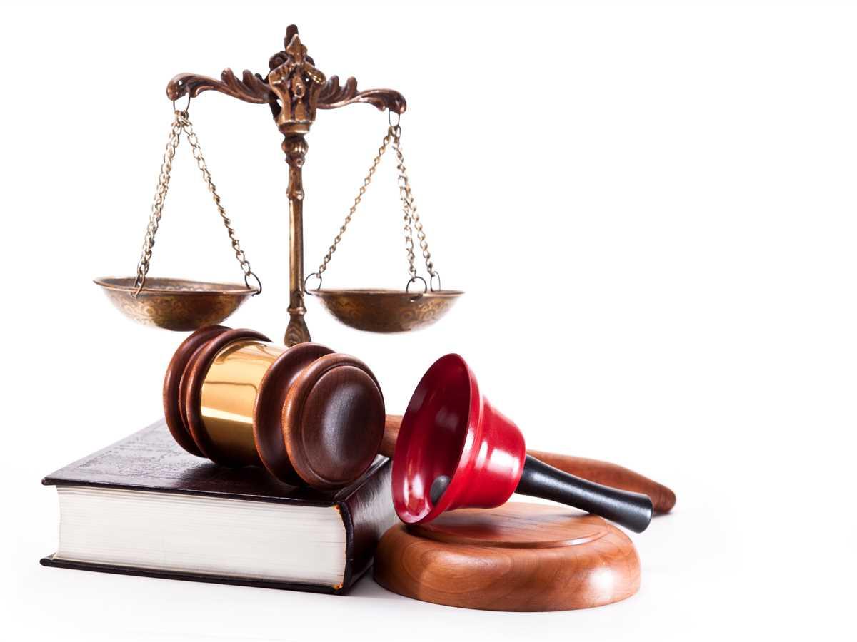 strumenti della legge: martelletto, campanello, libro e bilancia del giudice