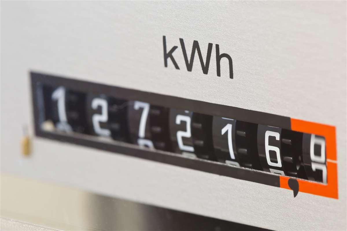 contatore elettrico con scritta kwh