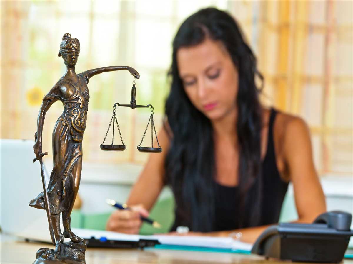 donna dietro statua dea bendata della giustizia