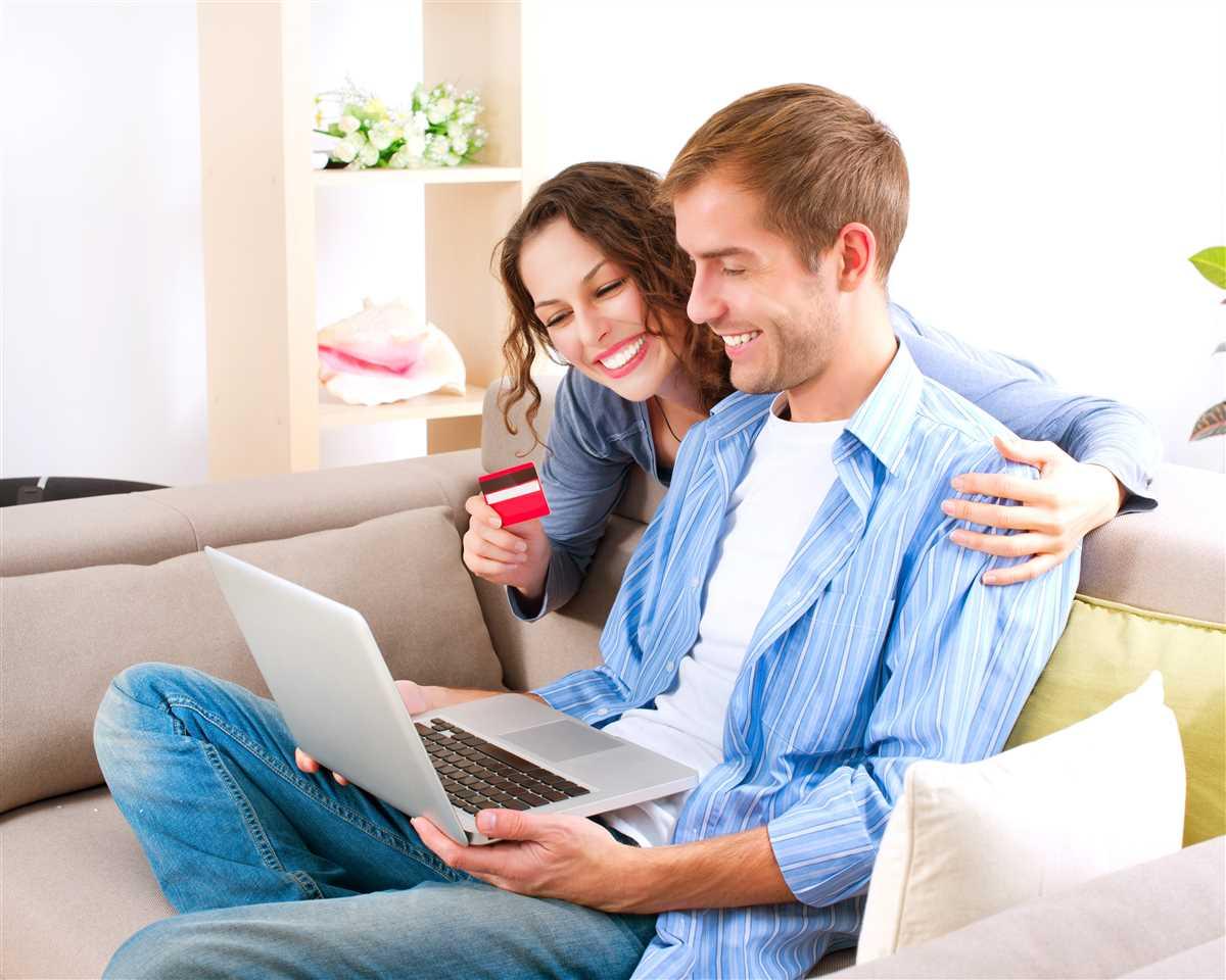 coppia felice fa acquisti online con carta