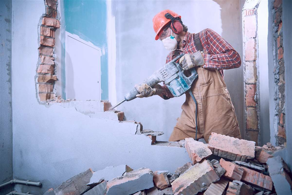 persona che lavora per ristrutturare una casa