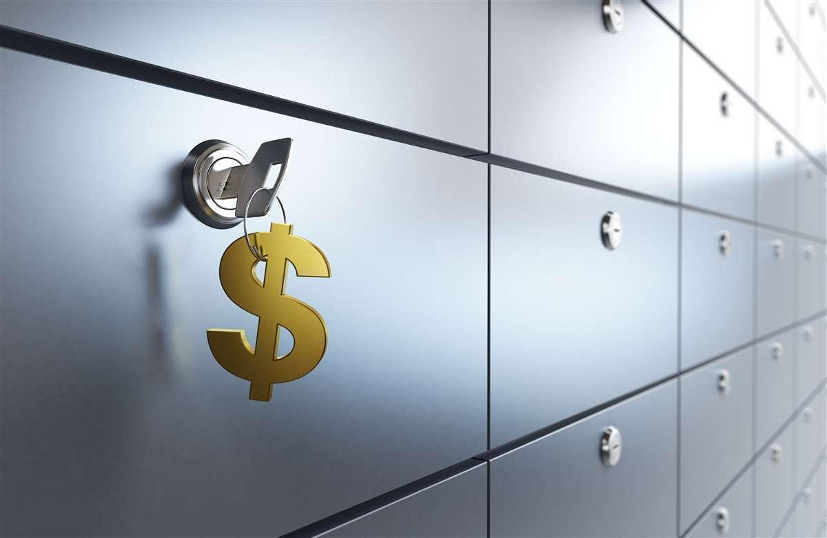 cassetta di sicurezza della banca con chiave appesa con simbolo dei dollari